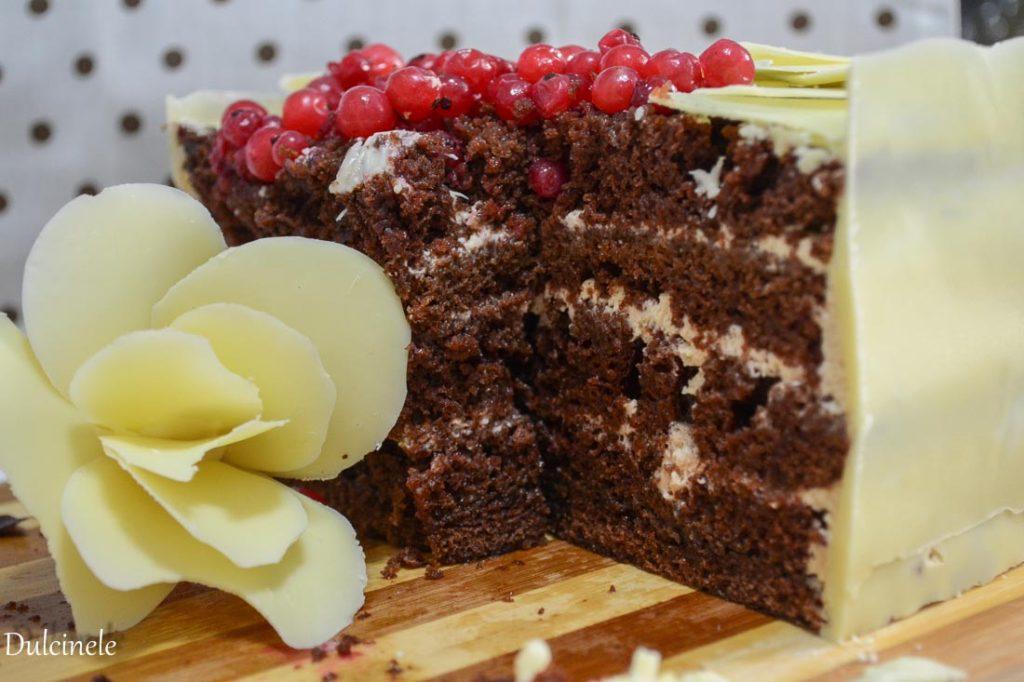 Tort cu flori de ciocolată