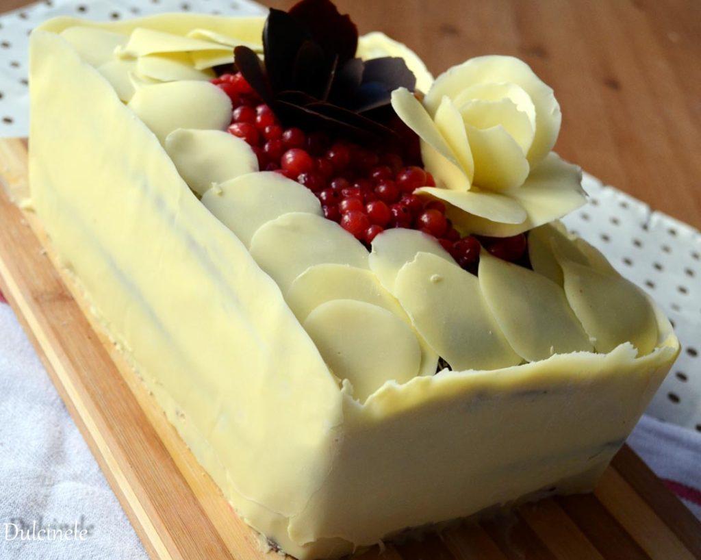 tort cu trandafiri de ciocolata
