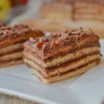 Prăjitură cu foi fragede și cremă cu ciocolată