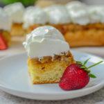 Prăjitură răsturnată cu mere și frișcă